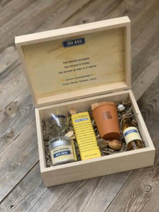 box cadeau témoin ouverte avec plusieurs cadeaux de la marque ricard