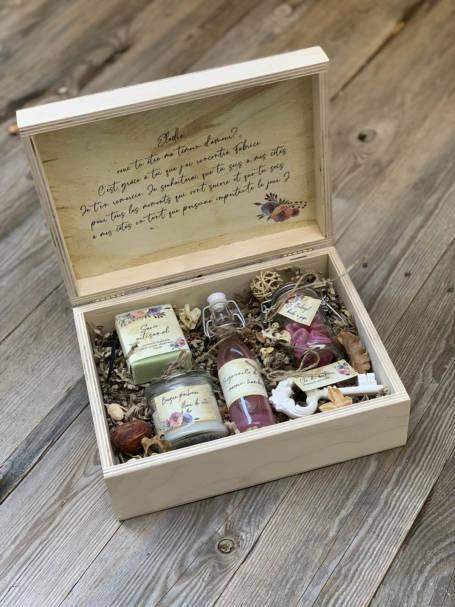 box cadeau témoin marraine ouverte avec cadeaux pour femme : fiole sirop, clef du bonheur, savon artisanal, bougie parfumé